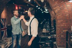 Du är den välkomna vännen! Den lyckliga tillfredsställda klienten i en barberare shoppar royaltyfri bild