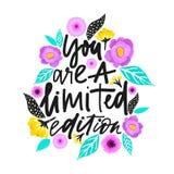 Du är en inskränkt upplaga Handdrawn illustration Positivt citationstecken som göras i vektor Motivational slogan Inskrift för t stock illustrationer