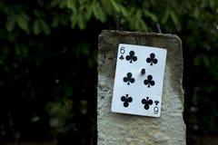 6 du bâton de carte de clubs sur le courrier concret emploient peut-être pour l'adresse de logement photographie stock