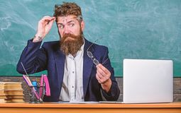 Du bör välja riktigt glasögon för att hålla bra vision Läraren uppsökte med glasögon att bry sig om ögonhälsa arbete royaltyfria bilder