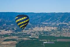 Du ballon à air chaud au-dessus de la vallée Images libres de droits
