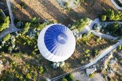 Du ballon à air chaud blanc bleu ci-dessus Photos stock