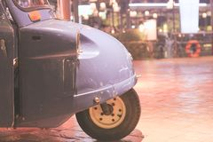 Du côté de la voiture montrant une couleur bleue, garée à la cour la nuit photos libres de droits