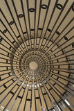 Du côté incliné d'un escalier en spirale photo stock