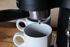 Du café de la machine de café est versé dans les tasses blanches, plan rapproché Images stock