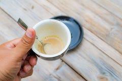 Du café de matin dans la boisson est presque allé photographie stock