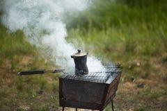 Du café est fait cuire dans un pot à l'enjeu Images stock