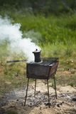 Du café est fait cuire dans un pot à l'enjeu Image stock