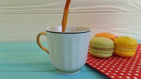 Du café est versé dans une tasse
