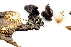 Du café noir est versé sur un fond blanc photographie stock