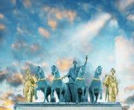 凯旋门du Carrousel,在日落的顶视图 免版税库存照片