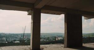Du chantier de construction, sur le dessus de toit d'une nouvelle vue de ville d'immeuble belle banque de vidéos