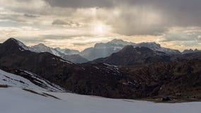 duże krajobrazowe halne góry Dolomitu cloudscape przy zmierzchem Mroczny niebo Obrazy Royalty Free