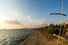 Duże latarnie uliczne blisko morza obrazy stock