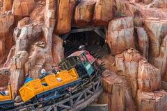 Dużego grzmotu Halna linia kolejowa przy Magicznym królestwem Zdjęcia Royalty Free