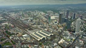 Du?ej wysoko?ci antena strzelaj?ca Frankfurt Hauptbahnhof lub ?rodkowa Frankfurt stacja kolejowa magistrala, Niemcy - jest - zdjęcie wideo