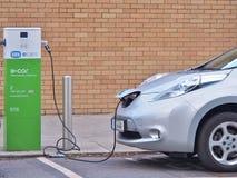 ` Du ` EV de véhicule électrique chargeant le courant électrique au point de charge publique images stock