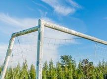 But du football dans le domaine avec le nuage de blanc de ciel bleu Photographie stock