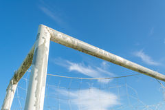 But du football dans le domaine avec le nuage de blanc de ciel bleu Photo libre de droits