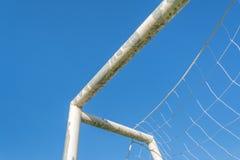 But du football dans le domaine avec le nuage de blanc de ciel bleu Photos stock
