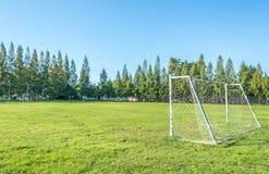 But du football dans le domaine avec le nuage de blanc de ciel bleu Image stock