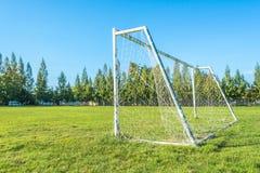 But du football dans le domaine avec le nuage de blanc de ciel bleu Photo stock