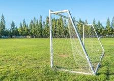 But du football dans le domaine avec le nuage de blanc de ciel bleu Images stock