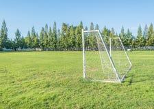 But du football dans le domaine avec le nuage de blanc de ciel bleu Image libre de droits