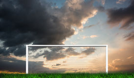But du football sous le ciel nuageux Images stock