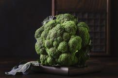 Du?a g?owa ?wiezi zieleni broku?y na ciemnym nieociosanym tle, selekcyjna ostro??, minimalizm zdjęcie royalty free