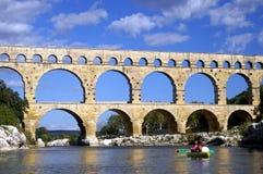 du gard划皮船的pont 免版税图库摄影