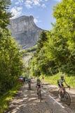 非职业Cyslists上升的Col du Granier 库存图片