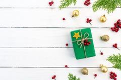 Du kan sätta ditt meddelande på papperet Den bästa sikten av jul gräsplan och röd gåvaask med prydliga filialer, sörjer kottar arkivfoto