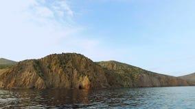 Du kan se landskapet, berg, grekiska öar, det är en sikt från havet, det är sommar, den soliga dagen, det är medelhavs- stock video