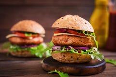 Duża kanapka - hamburger z soczystym kurczaka hamburgerem Zdjęcia Royalty Free