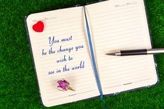Du måste vara ändringen som du önskar att se i världen Arkivfoton