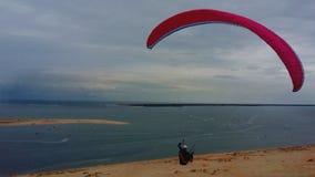 Парапланеризм на пляже на Дюне du Pilat, Франции Атлантическом океане стоковое фото