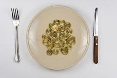 Du plat est le groupe de dix-pièce de monnaie russe se trouvant près de la vue de vaisselle d'en haut Image libre de droits