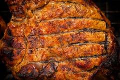 Du porc en sauce à teriyaki est fait frire dans un gril photos stock