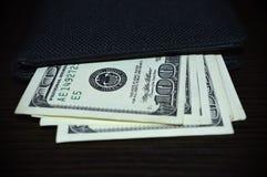 Du portefeuille collez 100 billets d'un dollar Images libres de droits