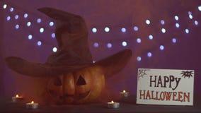 Du potiron disparaît la fumée Le potiron principal de Jack avec le chapeau dans l'obscurité banque de vidéos