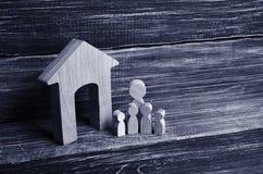 Duża rodzina stoi blisko domu Drewniane postacie persons Obrazy Stock