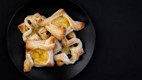 Duńscy ptysiowego ciasta kwiaty i diamenty z waniliowym ciasta crea Zdjęcie Royalty Free