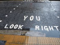Du ser rätt Ändrad anvisning för gångare i London arkivbilder
