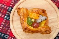 duński ciasto z owoc na czerwonej tkaniny szkockiej kracie Zdjęcia Stock