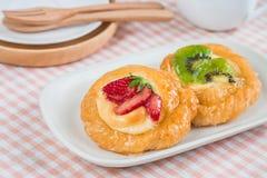 Duński ciasto z owoc na talerzu Fotografia Stock
