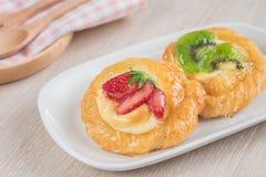 Duński ciasto z owoc na talerzu Zdjęcie Royalty Free
