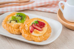 Duński ciasto z owoc na talerzu Obraz Stock