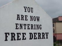 Du skriver in nu fria det nordliga Derry tecknet - Irland Arkivbilder