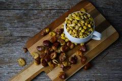 Du soja sec en verre, les fèves est séché sur un boucher sur images libres de droits